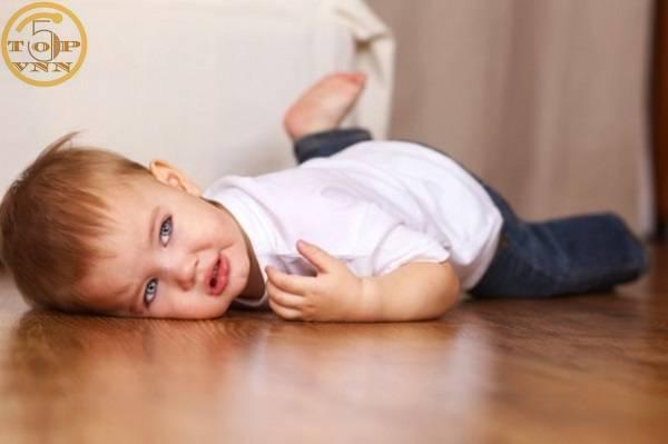 Quây quanh bé quá đông - Sai lầm khi xử lý trẻ bị sốt cao co giật